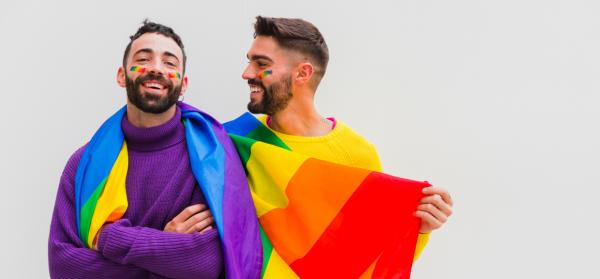 Casal-de-homens-gays-que-representam-o-movimento-LGBQIA+